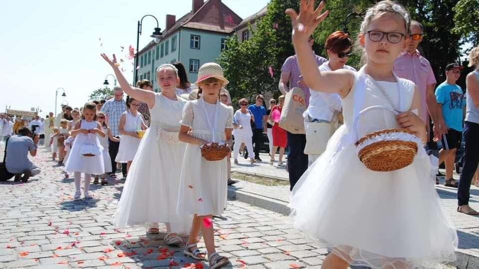 Na zdjęciu dzieci sypiące kwiatki podczas uroczystości Bożego Ciała w Głogowie 2019 r.