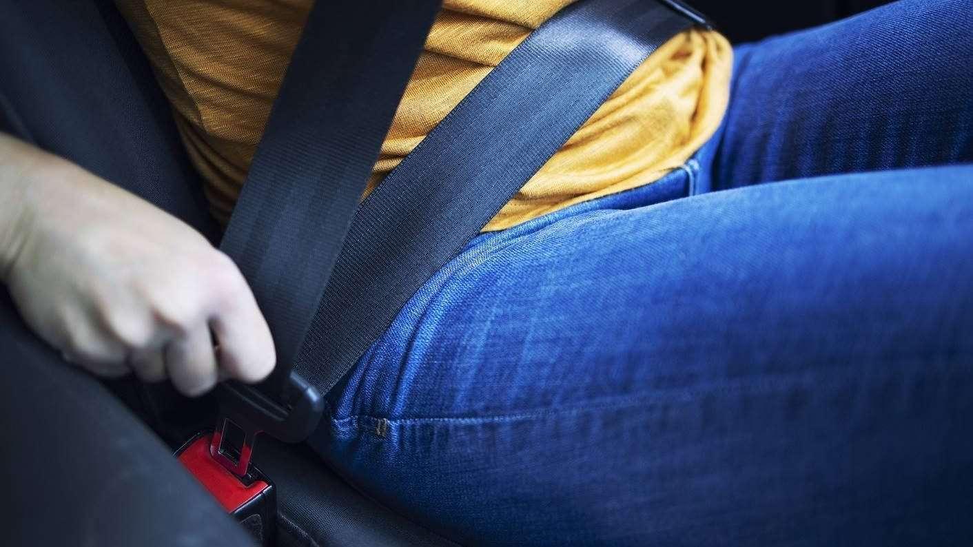 2021-07-14 kobieta zapina pas samochodowy (fot. freepik)