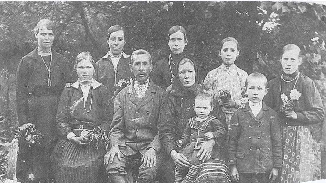 PLAKAT_zdjęcie_rodziny_Jasionkczaków_zWoli_Ostrowieckiej_zamordowanych_na_Wołyniu