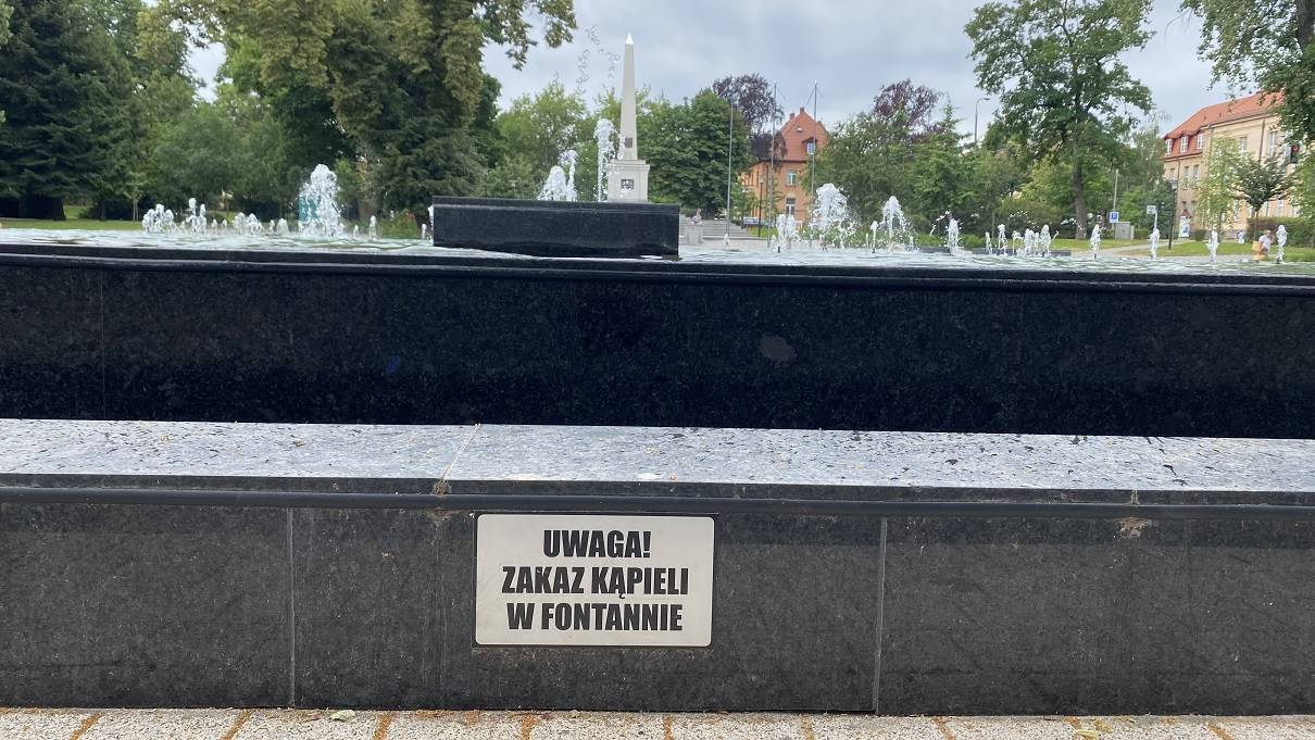 fontanna w Parku Słowiańskim - tabliczka z zakazem kąpieli (2)