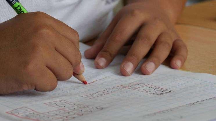 na zdjęciu ręce dziecka piszącego w zeszycie fot. pixabay