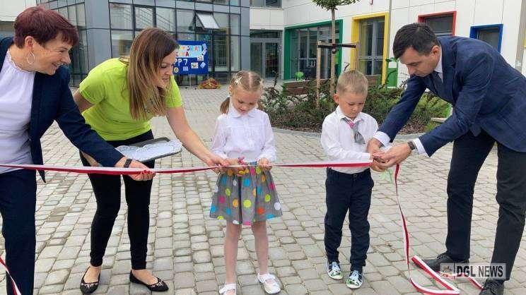 01.09.2021 otwracie Przedszkola Publicznego nr 7 w Głogowie.dzieci przecinają wstęgę