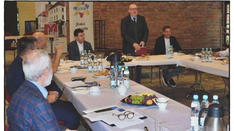 na zdjęciu członkowie rady muzealnej podczas pierwszego posiedzenia 2021-09-03-rada-muzealna-s-8