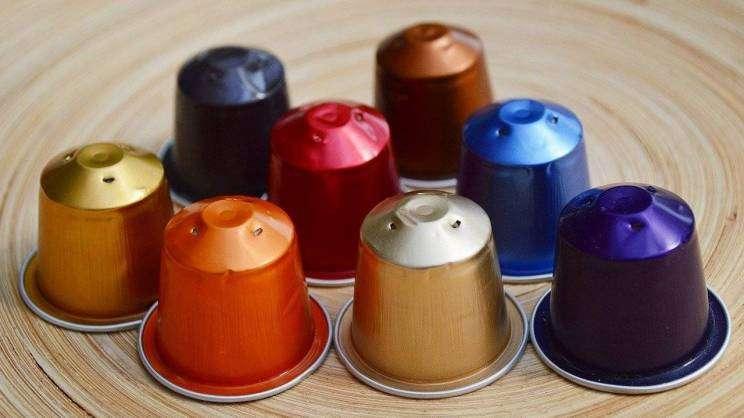 Na zdjęciu widoczne są kolorowe kapsułki z kawą do ekspresu ciśnieniowego.