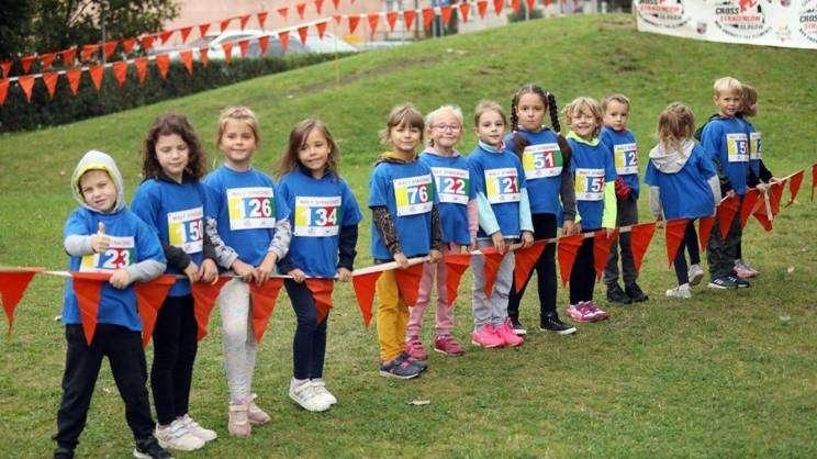 Sportowy dzień w Przedszkolu Publicznym nr 3 w Głogowie, dzieci biorą udział w zawodach sportowych