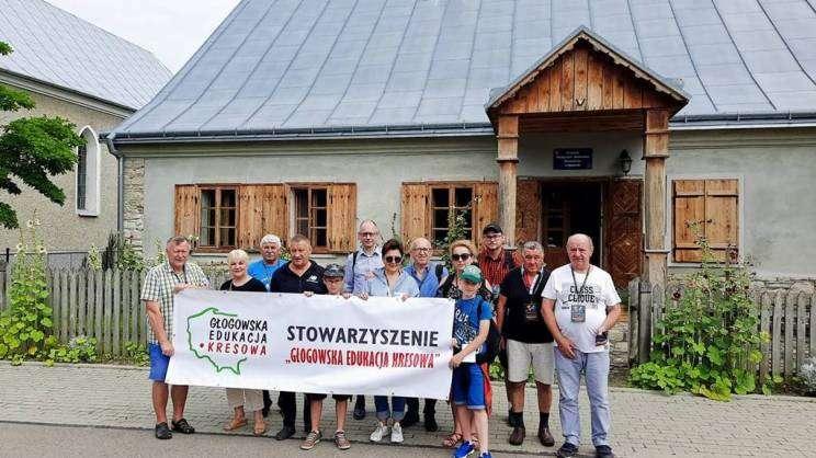 Na zdjęciu członkowie Głogowskiej Edukacji Kresowej podczas wycieczki. Członkowie trzymają w rękach baner z napisem Głogowska Edukacji Kresowej