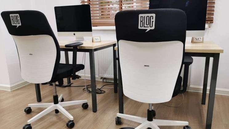 na zdjęciu stół i krzesła w bibliotece osiedlowej BLOG w Głogowie
