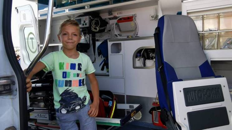 na zdjęciu Jaś Walos w ambulansie podczas pokazu sprzętu medycznego w czasie pikniku charytatywnego