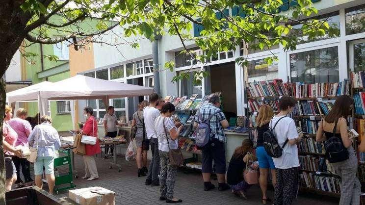 Na zdjęciu tłum ludzi wybierających ksiązki podczas kiermaszu książki przeczytanej przy bibliotece na ulicy Budowlanej w Głogowie