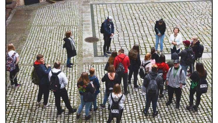 na zdjęciu młodzież z zespołu szkół ekonomicznych w Głogowie na dziedzińcu głogowskiego muzeum