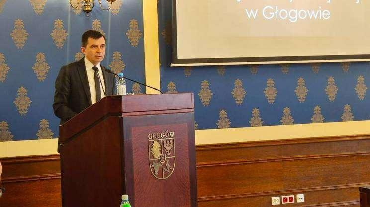 na zdjęciu prezydent Głogowa Rafael Rokaszewicz na mównicy podczas sesji rady Miejskie w Głogowie