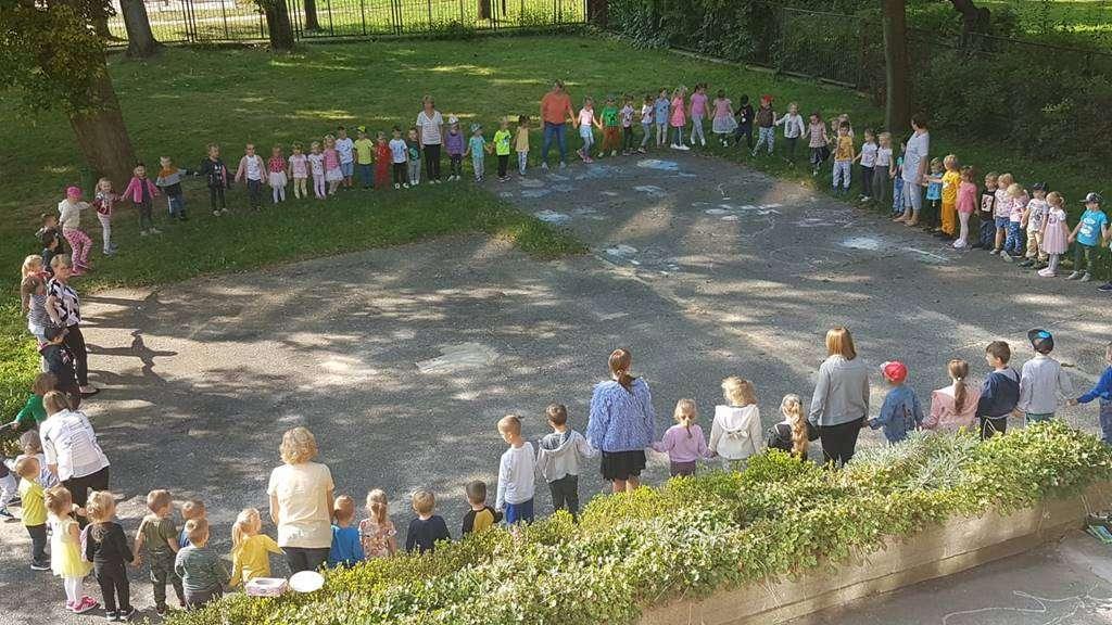 Na zdjęciu przedszkolaki z Przedszkola Publicznego nr 5 podczas zabaw na dworze