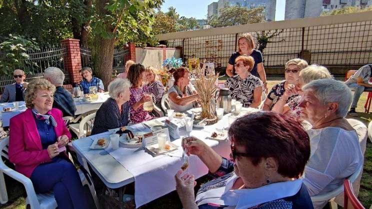 Święto Chleba w DDP . na zdjęciu seniorzy z Domu Dziennego Pobytu