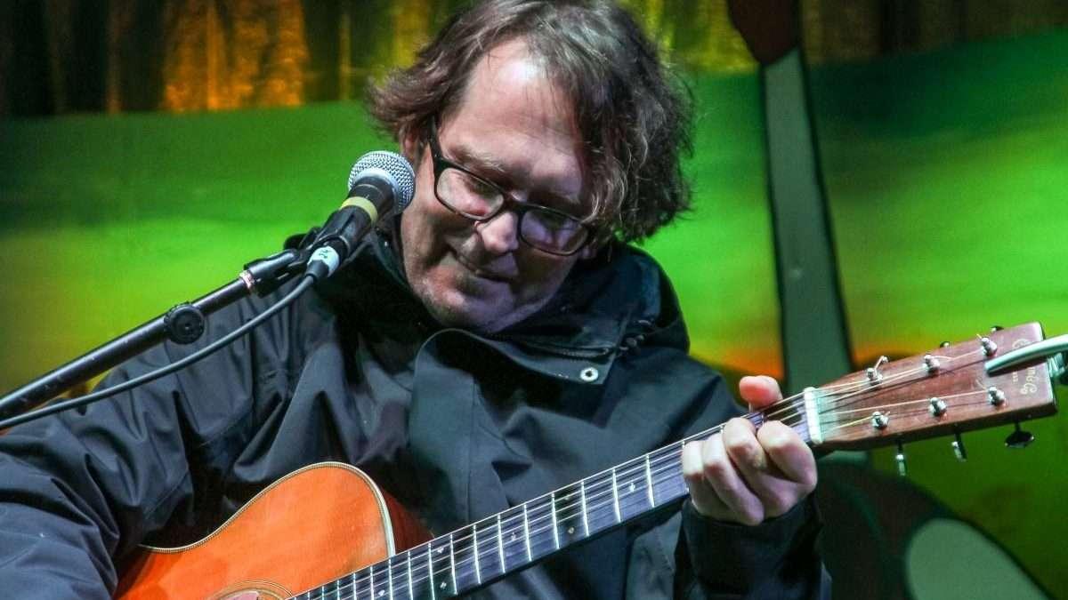 na zdjęciu Piotr Woźniak z gitarą
